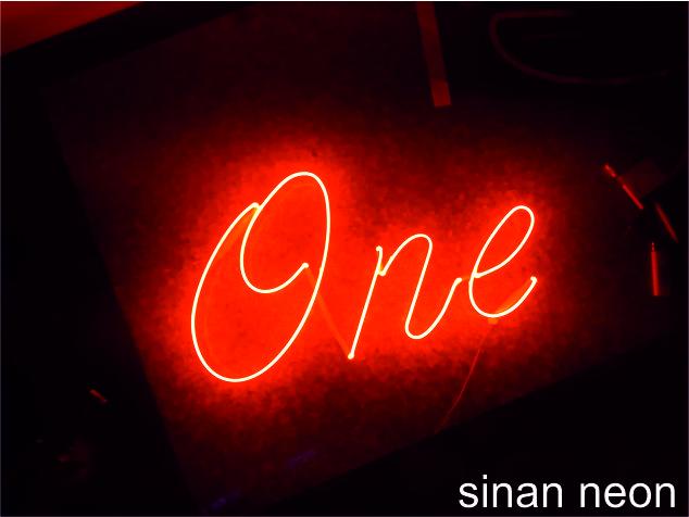 one neon yazısı